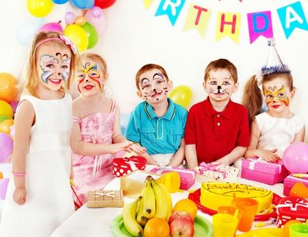 caritas pintadas: Los niños del partido del feliz cumpleaños.
