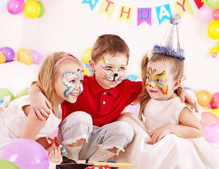 caritas pintadas: Los ni�os la fiesta de cumplea�os feliz. Foto de archivo