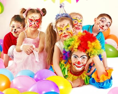 personas celebrando: Ni�o fiesta de cumplea�os feliz. Foto de archivo