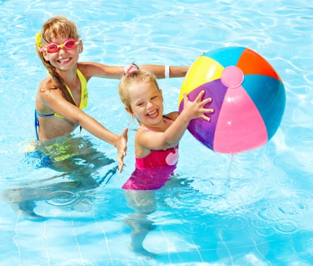 pool ball: Ni�a de nataci�n en la piscina. Foto de archivo
