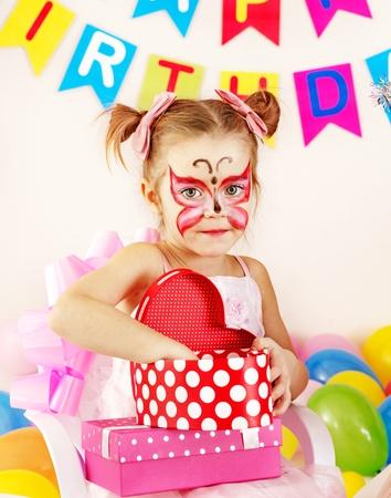peinture visage: F�te d'anniversaire des enfants heureux. Banque d'images