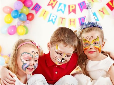 pintura en la cara: Los niños del partido del feliz cumpleaños.