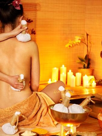 masaje: Joven mujer recibiendo bolas de masaje tailand�s a base de hierbas.