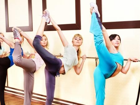 gimnasia aerobica: Las mujeres en el grupo de clase de aer�bic.