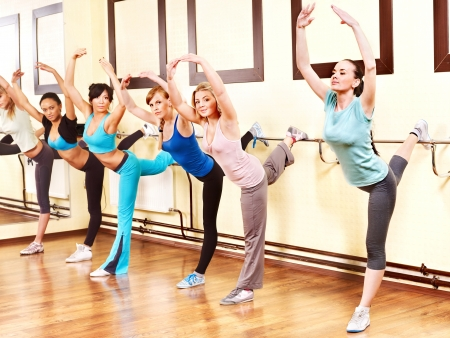 Le donne del gruppo in classe di aerobica. photo