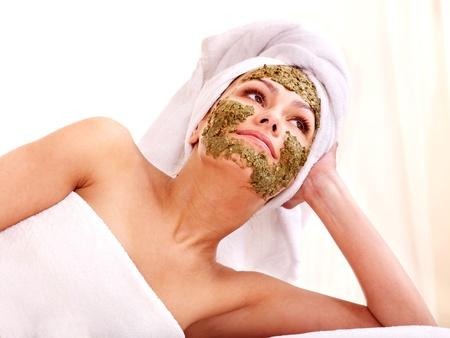 femme masqu�e: Jeune femme obtenir un masque facial au spa. Isol�. Banque d'images