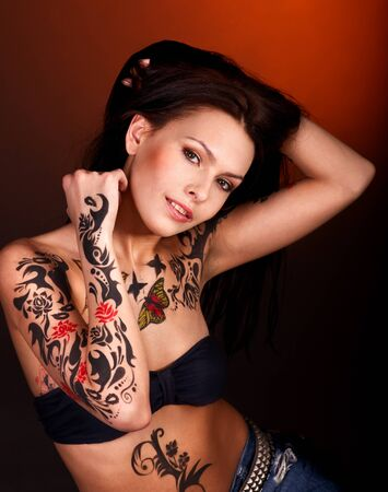 tatouage sexy: Jeune femme avec art corporel.