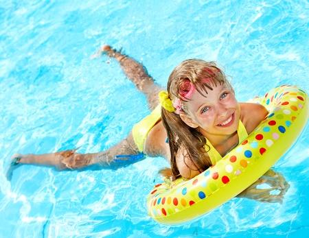 schwimmring: Kind beim Spielen im Schwimmbad. Sommer im Freien.