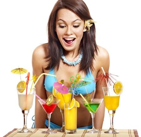 coctel de frutas: Hermosa mujer en la playa bebiendo c�cteles. Aislado. Foto de archivo