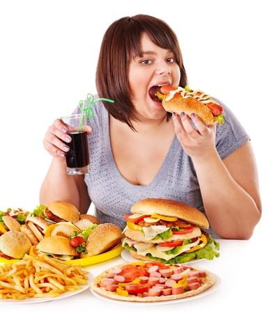 sobre peso: Mujer con sobrepeso comer comida rápida. Foto de archivo
