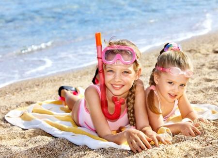 klein meisje op strand: Kinderen spelen de zomer buiten op het strand.
