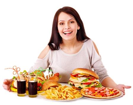 comida chatarra: Mujer de comer comida r�pida. Aislado.