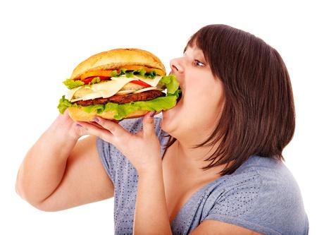 mujer gorda: Mujer con sobrepeso comer hamburguesa. Aislado.