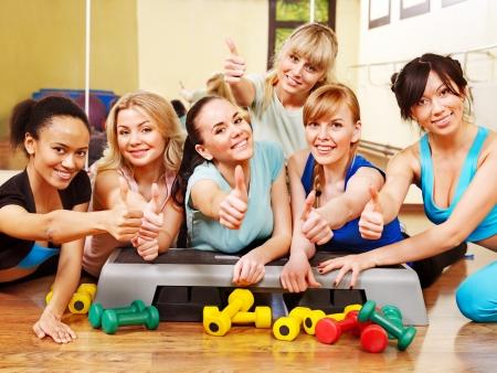 fitness: Grupo de mulheres na aula de aeróbica. Imagens