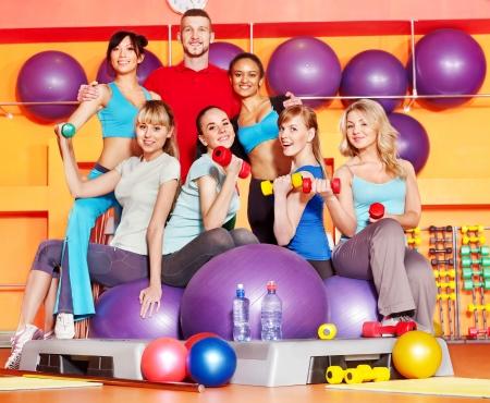 Las mujeres en el grupo de clase de aeróbic.