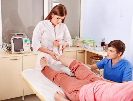 Doktor Bandagieren Patienten im Krankenhaus. Erste Hilfe.