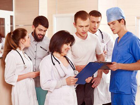 estudiantes medicina: Los médicos del grupo y la posición del paciente en la recepción en el hospital.