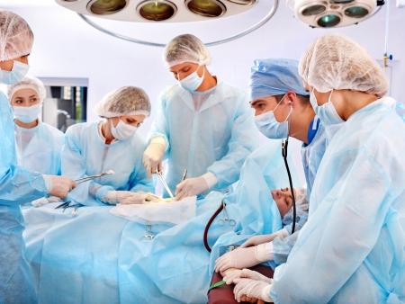 Chirurgien équipe au travail dans la salle d'exploitation.