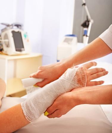 herida: Vendajes paciente la mano en el hospital.