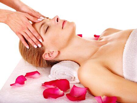tratamiento facial: Mujer recibiendo masaje facial en el spa de belleza. Aislado.
