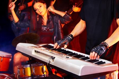 Woman beat guitar: hiệu suất của nhóm nhạc trong câu lạc bộ đêm.