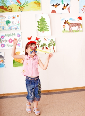 peinture visage: Enfant avec la peinture faciale dans une salle de jeux. D'�ge pr�scolaire. Banque d'images