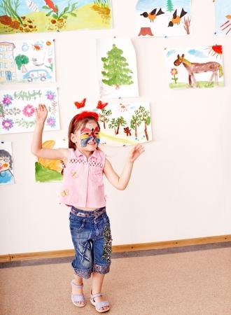 painting face: Ni�o con pintura de la cara en la sala de juegos. En edad preescolar.