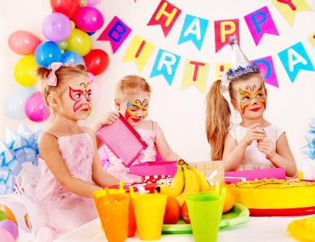 pintura en la cara: Grupo de fiesta infantil de cumpleaños feliz.