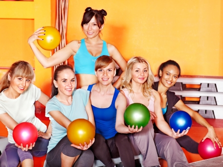 Le donne del gruppo in classe di aerobica. Fitness palla. photo