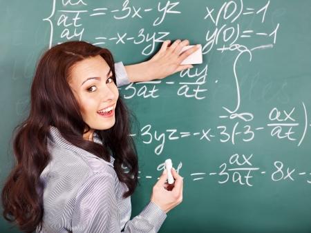 matematica: Escritura escolar feliz en la pizarra.