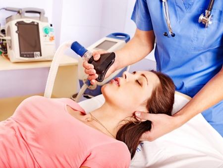 oxigeno: Doctor que da la máscara de oxígeno a la paciente en el hospital.