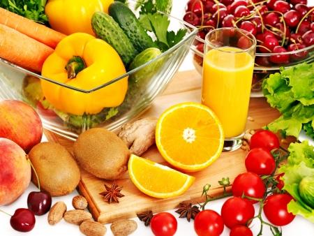 comidas saludables: Verduras frescas y fruta y un vaso de jugo.