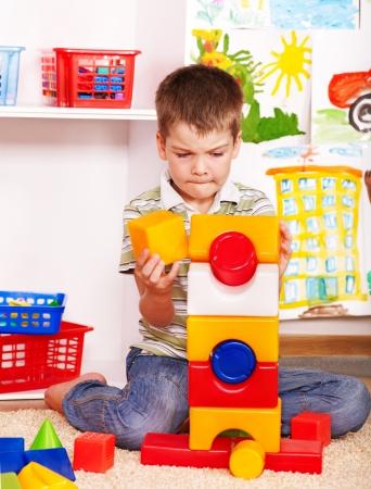 niños jugando en la escuela: Niño pequeño jardín de infantes en el bloque de apilamiento.