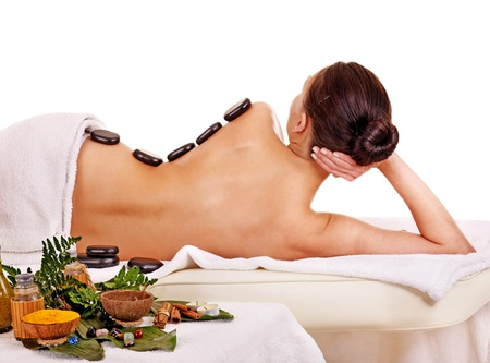 Giovane donna ottenendo spa lastone terapia all'aperto. photo