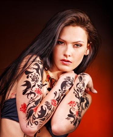 sexy tattoo: Mujer hermosa joven con el arte del cuerpo.