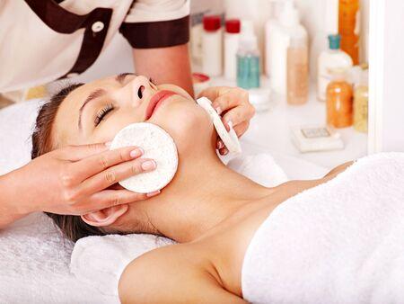 tratamiento facial: Mujer joven que consigue masaje facial en el spa de belleza.