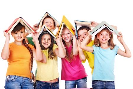ni�o escuela: Grupo de ni�o de escuela adolescente con el libro. Aislado.