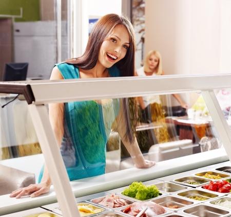 食べ物を買うの食堂で女性。