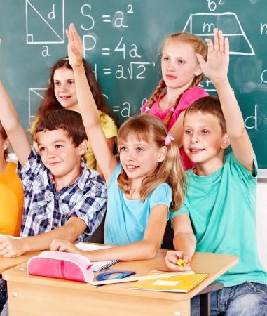 ni�o escuela: Grupo de ni�os sentados en el escritorio de la escuela en el aula.