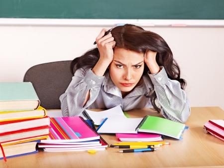 cansancio: Mujer joven en el salón de clases.