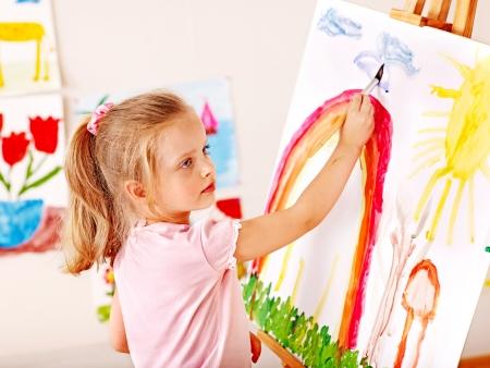 niños pintando: Niño pintura en caballete en la escuela. Educación. Foto de archivo