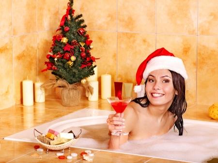 산타 모자: 산타 모자에있는 여자 화장실에서 휴식을 취할. 크리스마스 개념.