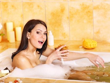femme baignoire: Jeune femme prendre bain de bulle dans salle de bain.
