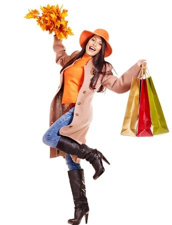 chicas de compras: Mujer llevaba abrigo y el sombrero de oto�o que sostiene bolsa de la compra.