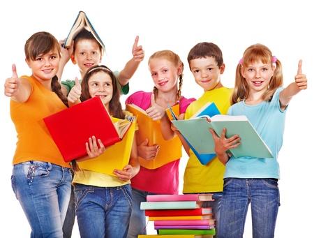 escuelas: Grupo de ni�o de escuela adolescente con el libro. Aislado.