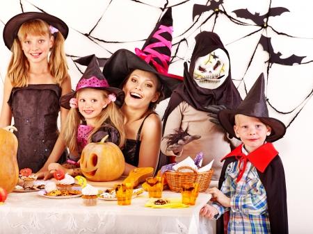 fiesta familiar: Fiesta de Halloween con los ni�os tomados de tallado de calabaza. Foto de archivo