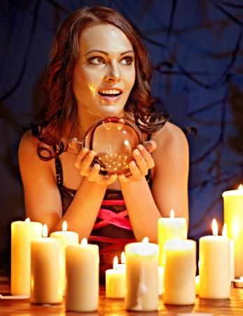wahrsager: Frau h�lt scrying Ball und Kerze.
