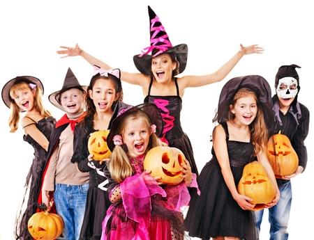 Fiesta de Halloween con los niños del grupo holding pumpkin carving. Foto de archivo