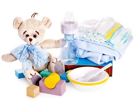 teteros: Bebé pañales y juguetes con osito de peluche. Aislado.