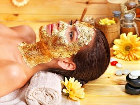 Woman getting gold Gesichtsmaske. Standard-Bild - 15918198